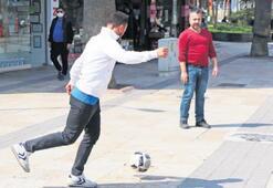 Sokaklar boşaldı esnaf top oynadı