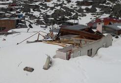 Rize'de çığ yayla evlerini yıktı geçti