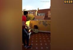 Karantinada balkondan balkona tenis oynadılar