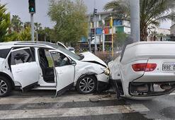 Sivil polis aracı ile otomobil çarpıştı: 2si polis 3 yaralı