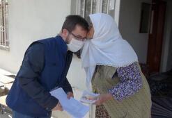 83 yaşındaki kadın, maaşını getiren görevliyi alnından öptü