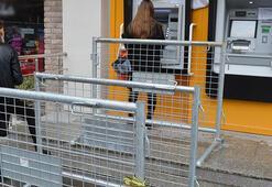 ATM önlerine polis bariyeriyle sosyal mesafe