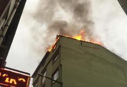 Beyoğlunda iş hanının çatısı alev alev yandı