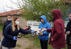 Öğretmenler, köy köy dolaşıp evde kalan öğrencilerine kitap dağıttı