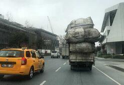 Aşırı yüklü kamyon, trafikte tehlike saçtı