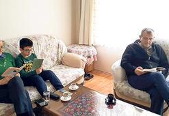 Çocuklarla evde animasyon izliyor