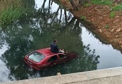 Otomobil dereye uçtu Böyle kurtarılmayı bekledi