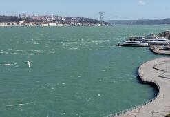 İstanbul'da fırtına boğazın rengini değiştirdi