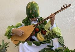 Karpuz kabuğundan maske yapıp sebze ve meyveleri boynuna astı...