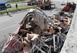 Muğlada hırdavat yüklü kamyon devrildi: 1 ölü