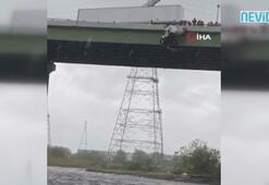ABD'de tır köprüde asılı kaldı, şoför son anda kurtarıldı