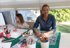 Pınar Altuğ atıklardan kitap ayracı yapıyor