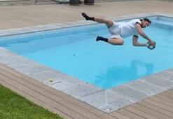 Barcelona kalecisi Neto havuza uçtu...