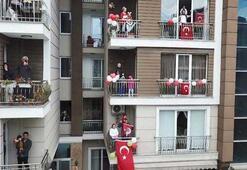 Beylikdüzünde onlarca çocuk evlerinin penceresinde 23 Nisanı kutladı