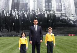 Fenerbahçe Kulübü, Atatürkün TBMM önündeki fotoğrafının yer aldığı dev pankartı Ülker Stadında açtı