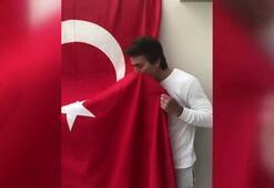 Bülent Korkmaz Türk bayrağını öptü ve 23 Nisanı kutladı