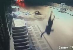 Motosikletteki yolcu kazanın ardından metrelerce havaya fırladı