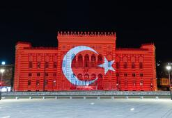 Saraybosnadaki tarihi bina Türk bayrağı renklerine büründü