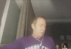 Canlı yayına katılan Türk Halk Müziği sanatçısı Sümer Ezgü tabureden böyle düştü