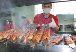 Adanada kebapçıların yoğun iftar siparişi mesaisi