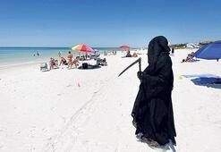 'Ölüm meleğiyle' protesto etti