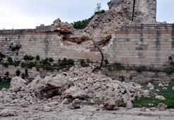 Son dakika... İstanbul'da korku dolu anlar Tarihi sur çöktü