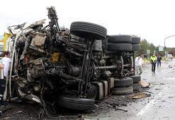 TIR ile çarpışan kamyon sürücüsü feci şekilde can verdi