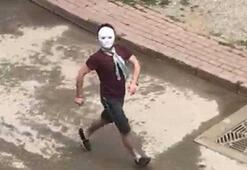 Sokağa maskeyle çıkıp gezdi, polisi görünce kaçtı