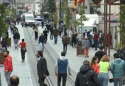 İstiklal Caddesi bugün de yoğun: bazı dükkanlar kepenk açtı