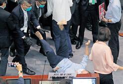 Hong Kong meclisinde kavga