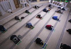 Almanyada camiler yeniden ibadete açıldı.... 1,5 metrelik sosyal mesafe korunarak saf tutuldu