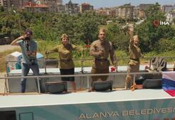 Antalya'da yerleşik Ruslar Zafer Bayramı'nı balkonlarda kutladı