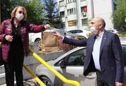 Belediyeden sürpriz kutlama ve hediye dağıtımı