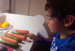 7 yaşındaki çocuk salatalık ve havuçtan piyano düzeneği kurdu