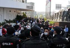 Libyalı yolcular uçakları gecikince durumu otel önünde protesto etti