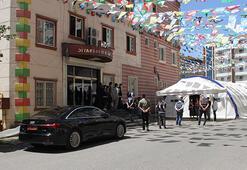 Evlat nöbetindeki aileler, HDPli vekillerin parti binasına makam aracıyla gelmelerine tepki gösterdi