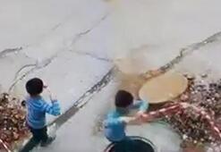 Uçurtma uçuran çocuk bir anda çukura düştü