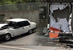 Otomobil durağa daldı 1'i ağır 3 kişi yaralandı