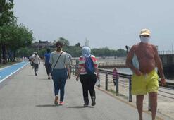 65 yaş üstü Kadıköyde denize girdi, yürüyüş yaptı