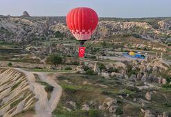 Türk bayraklı balon Kapadokya semalarında