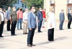 Atatürk anıtına çelenk bırakıldı