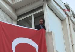 Orhan Gencebay, saat 19.19da pencereden İstiklal Marşı okudu