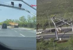 Damperi açılan hafriyat kamyonu hız tabelası direğini yerinden söktü