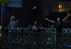 Galata Köprüsünde yasağa rağmen balık tuttular dans ettiler