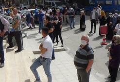 Bursada bayram öncesi bankalar önünde uzun kuyruklar oluştu