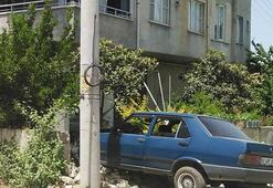 Son dakika... Osmaniye'de ani manevra yapan otomobil bahçe duvarından girdi