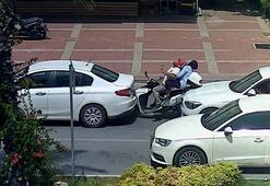 Motosikletin iki araç arasında kaldığı feci kaza kameraya böyle yansıdı