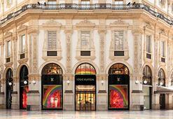 Louis Vuitton kolobratif vitrinleriyle yaza rengarenk giriyor