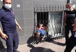 Sultangazide kafası demir korkuluğa sıkışan çocuğu itfaiye kurtardı