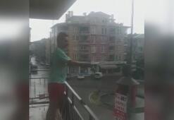 Evinin balkonundan göle dönen caddeye olta attı